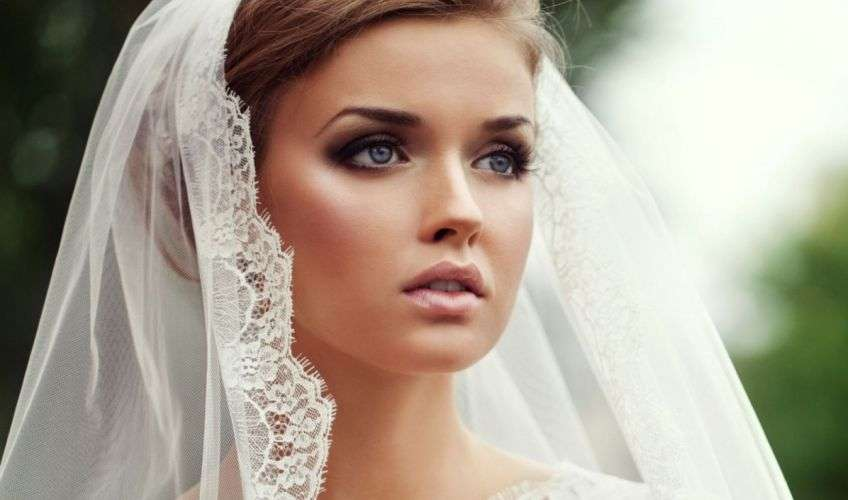 At the wedding, the bride's head must be covered, the face can only be opened in front of the priest